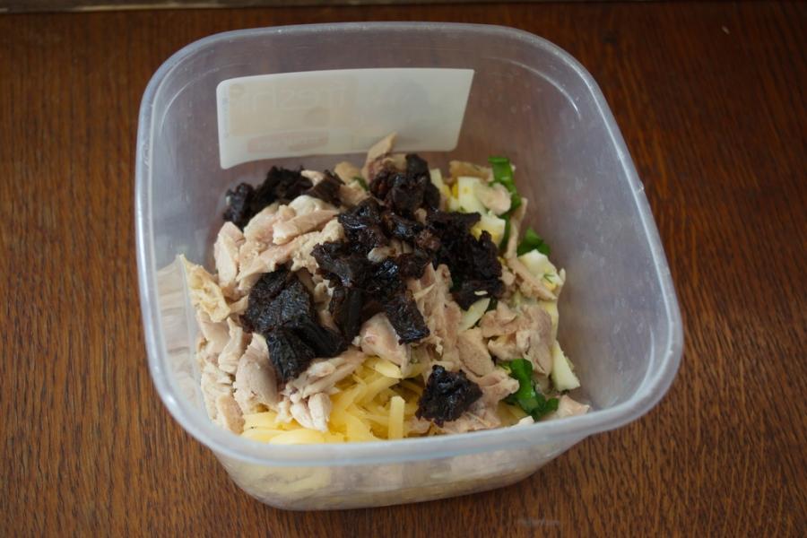 Салат с черносливом и огурцом - фото шаг 5