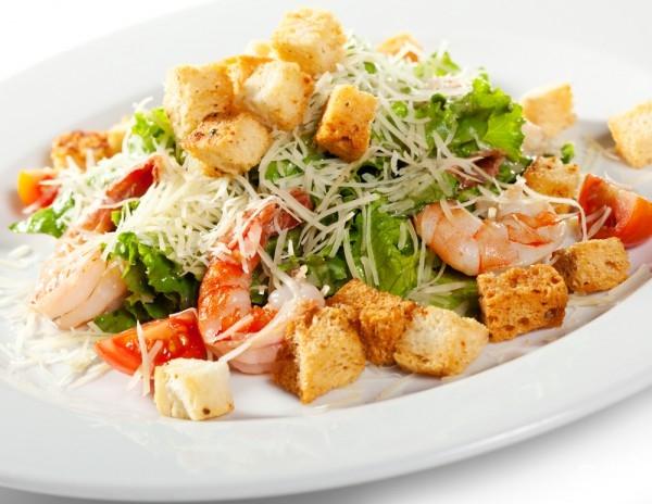 Салат «Цезарь» с курицей и сухариками – пошаговый рецепт с ...