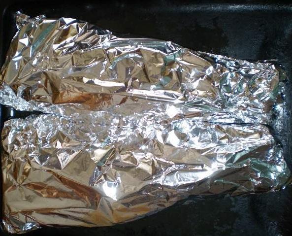 Толстолобик в духовке в фольге - фото шаг 3