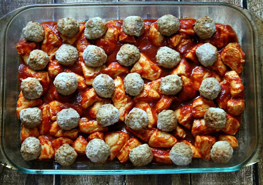 Картошка с тефтелями в духовке с соусом