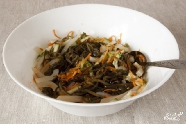 Салат с морской капустой и кальмарами - фото шаг 4