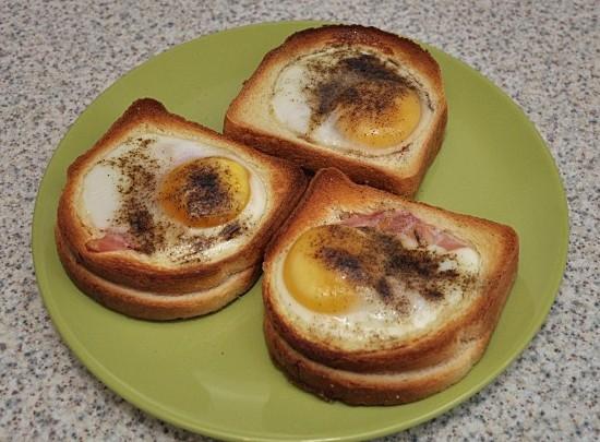 Готовые бутерброды перекладываем на тарелку и подаем к столу. Приятного всем аппетита!