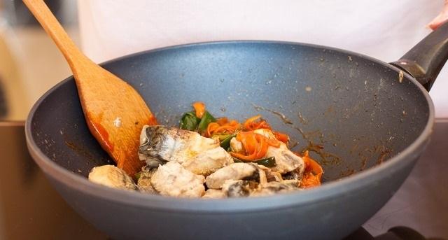 Скумбрия с морковью и луком - фото шаг 6