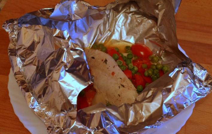 Курица, запеченная в фольге с овощами - фото шаг 5