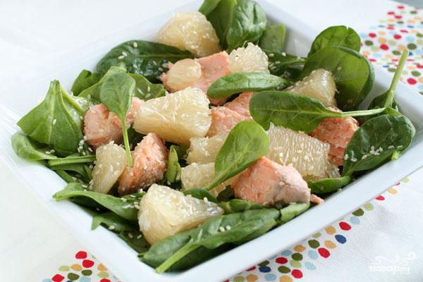 Салат с лососем и помело