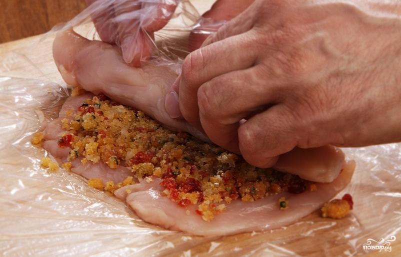 Куриный рулет в пищевой пленке - фото шаг 4