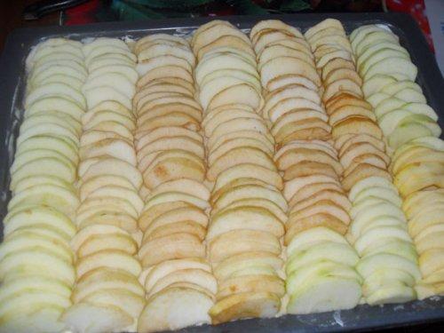 Шарлотка песочная с яблоками - фото шаг 4