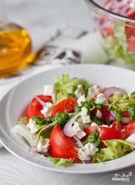 Салат из помидоров с фетой и базиликовой заправкой - фото шаг 5