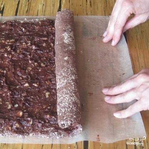 Шоколадный рулет с грецкими орехами - фото шаг 5