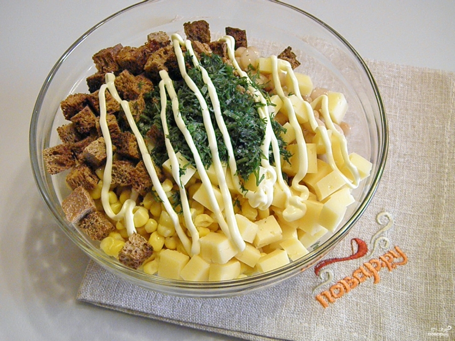 Салат с кириешками и кукурузой - фото шаг 4