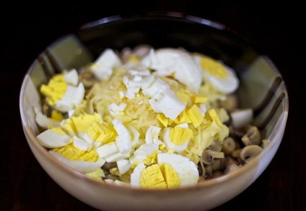 Простой салат с маринованными грибами - фото шаг 4
