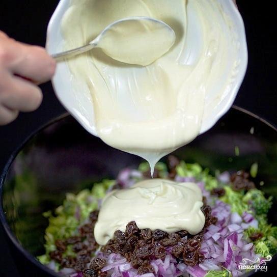 Салат из брокколи с изюмом и семечками - фото шаг 9