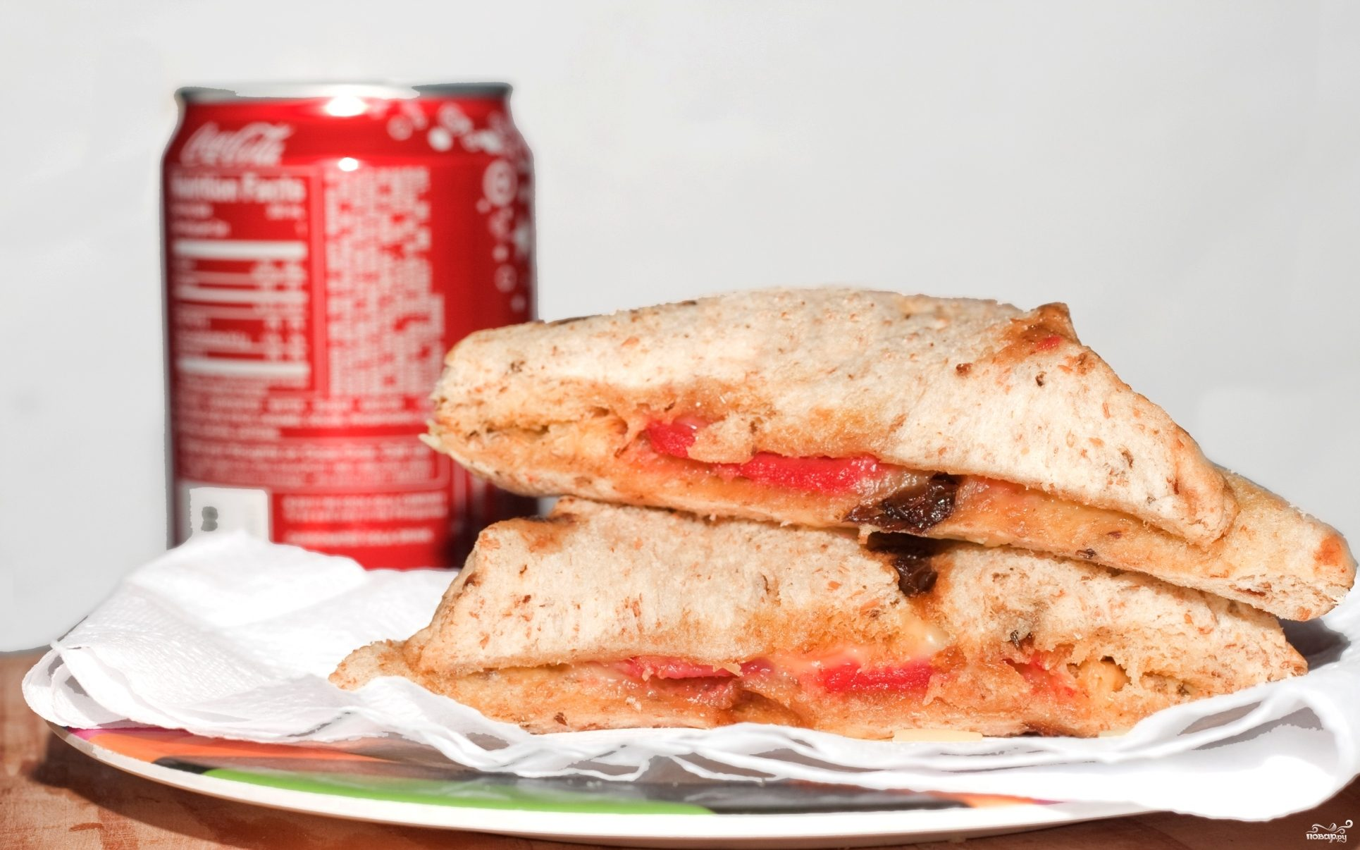 Бутерброд с сыром и колбасой в микроволновке