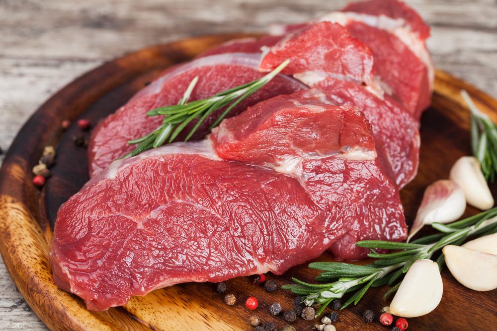 Свежее мясо с розмарином и чесноком