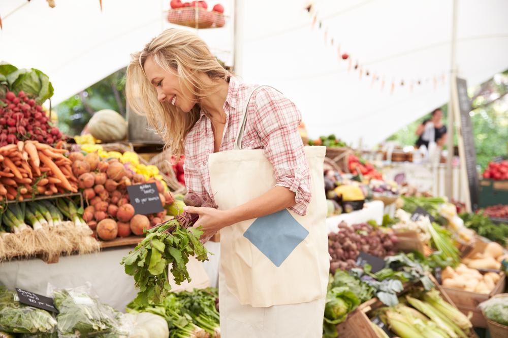 Сэкономить можно, покупая продукты на рынке.