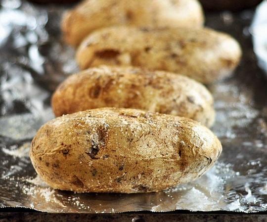 Картошка в фольге в мультиварке - фото шаг 6