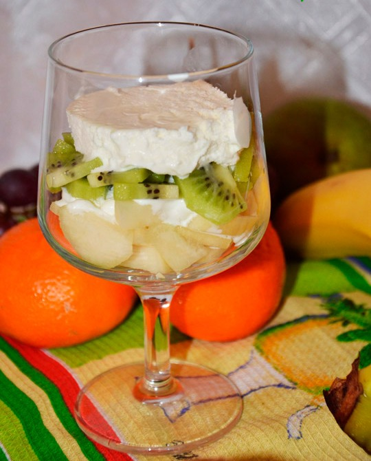Десерт со взбитыми сливками и фруктами - фото шаг 4