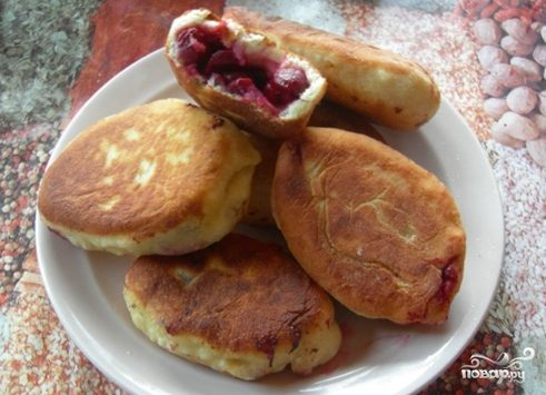 Пирожки с вишней на сковороде