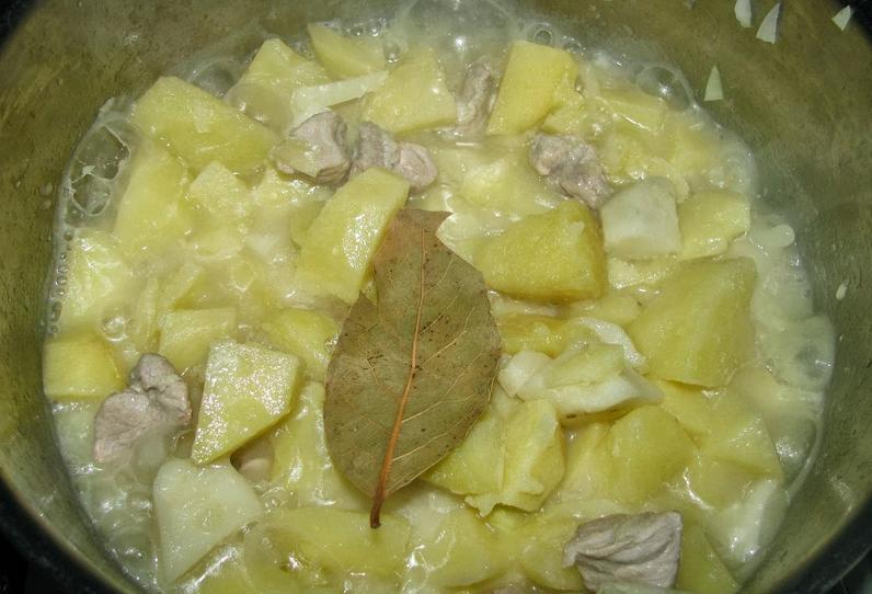 Тушеная картошка и мясо в кастрюле - фото шаг 9