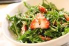 Салат из клубники и рукколы