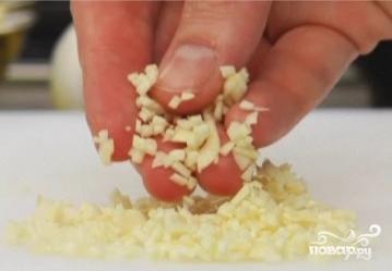 Салат из фасоли с чесноком - фото шаг 2