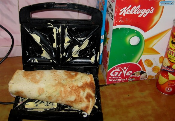 Шаурма с колбасой и сыром - фото шаг 5
