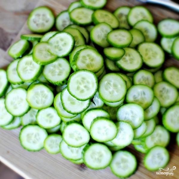 Салат из огурцов в сметанном соусе - фото шаг 2