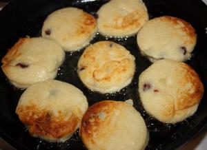 Сырники с вишней - фото шаг 3