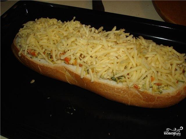 Фаршированный батон в духовке с сыром