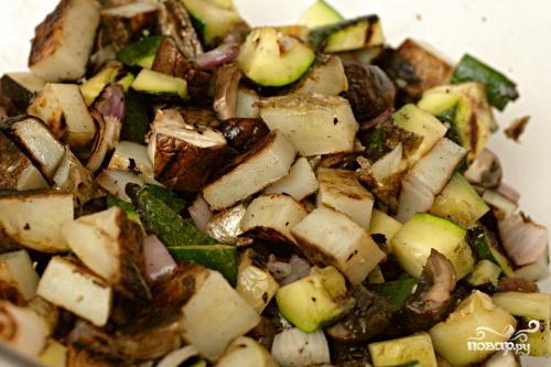 Салат из жареных овощей с грибами - фото шаг 4