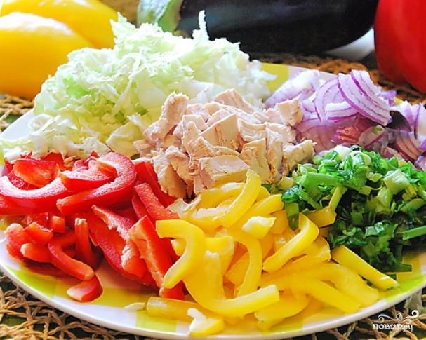 1. Курицу отварим и остудим. Нарезаем мелкими кусочками. А вот овощи можно не мельчить, - чтобы салат получился красочнее. Смешаем все ингредиенты.