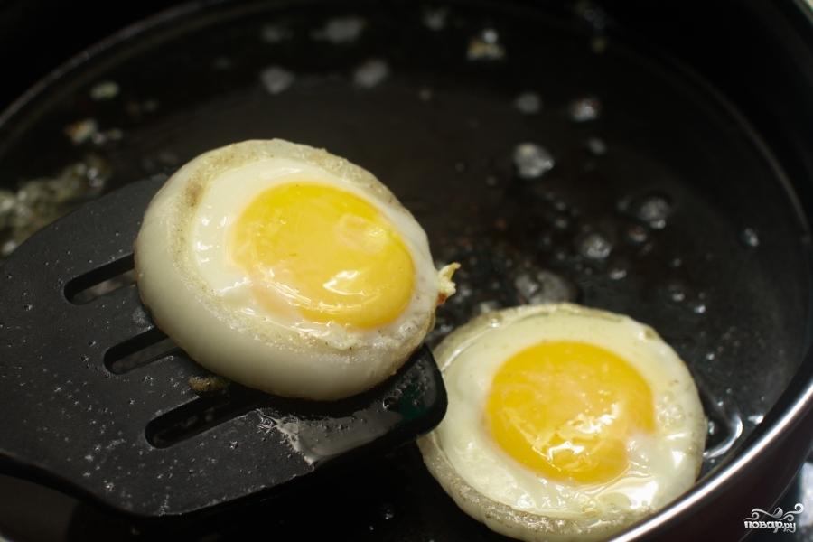Яйца в луковых кольцах - фото шаг 6