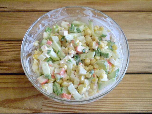 Салат из крабовых палочек с огурцом - фото шаг 6