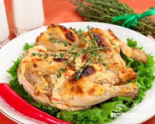 Цыпленок, запеченный под кремом из Филадельфии, тимьяна, перца и чеснока