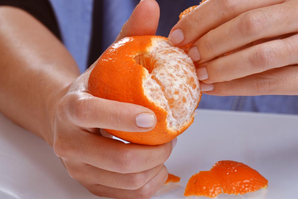 Чистка цитрусовых фруктов (мандаринов)