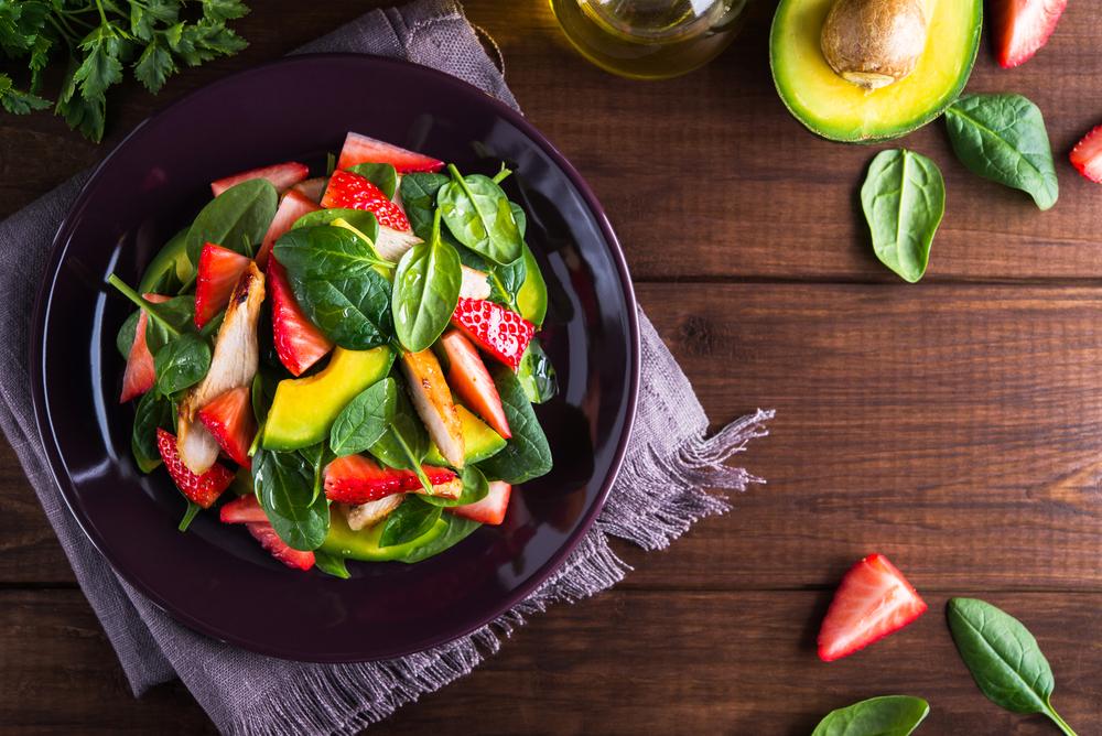 Салат из авокадо, шпината, курицы, клубники