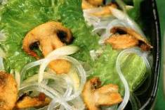 Грибы в сухарях, с рисовой лапшой и салатом фризе