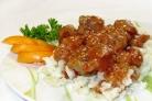 Тушеное мясо в помидорно-луковой подливке