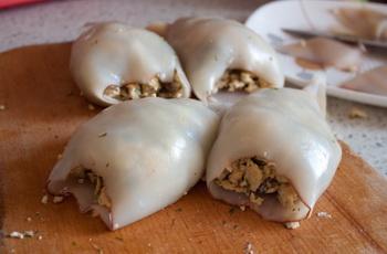 Кальмар, фаршированный грибами и яйцом - фото шаг 4