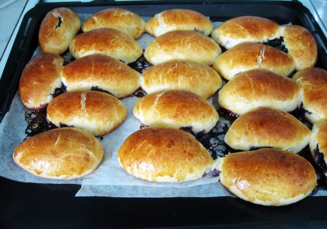 Пирожки с черникой в духовке - фото шаг 8