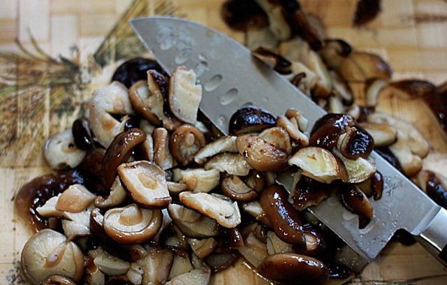 Мясо с грибами на сковороде - фото шаг 3