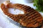 Рыба на решетке на мангале