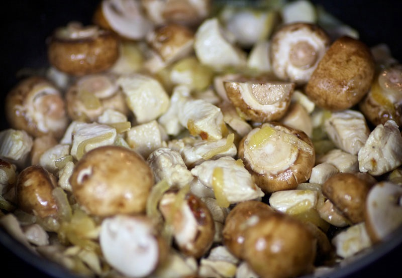 Соус с курицей и грибами - фото шаг 4