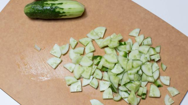 Салат из огурцов и зелени - фото шаг 2