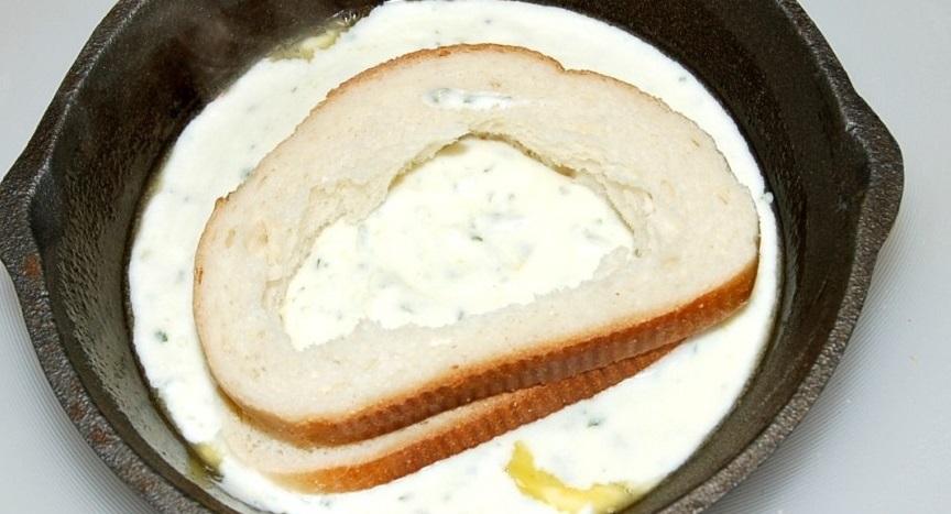 Яичница в хлебе в духовке - фото шаг 3