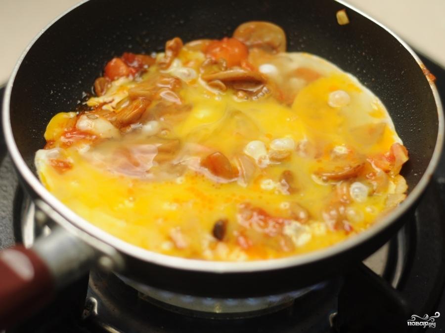 Омлет с шампиньонами и помидорами - фото шаг 6