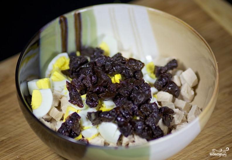 Салат новогодний с черносливом - фото шаг 5
