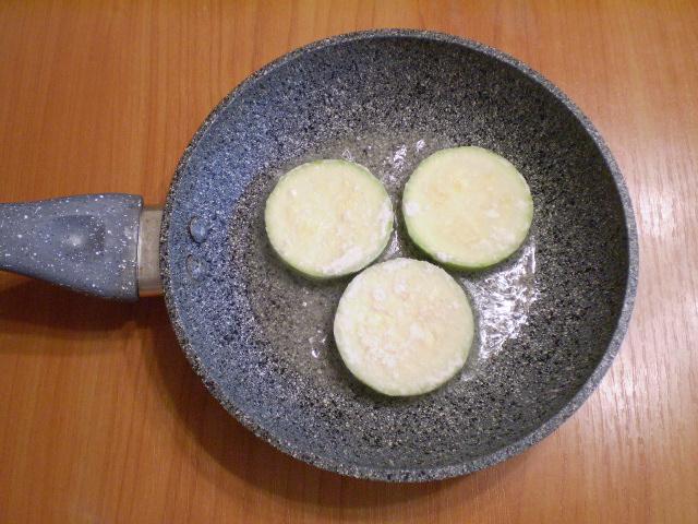 Кабачки жареные с яйцом - фото шаг 6