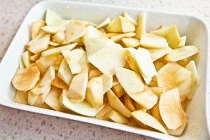 Шарлотка на простокваше с яблоками - фото шаг 5