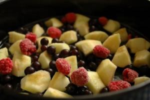 Шарлотка с яблоками и малиной - фото шаг 6